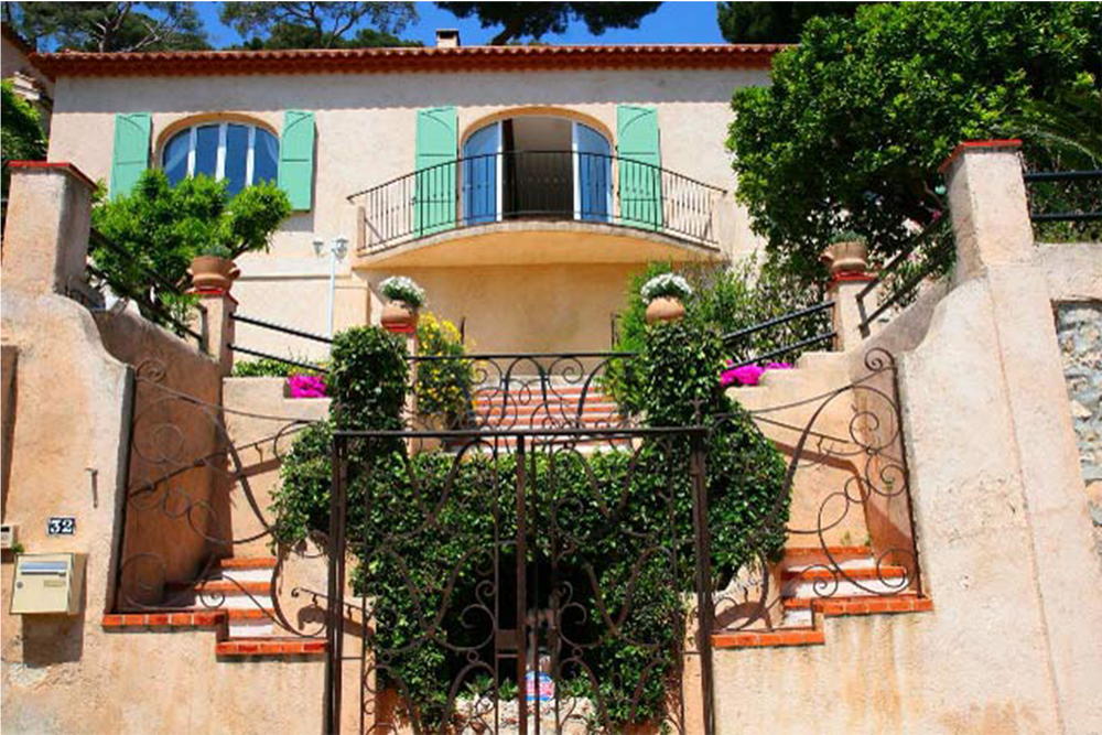 This sun-soaked villa is located in the charming sea-side village of  Eze-mer. Along the coast between Nice and Monte Carlo.