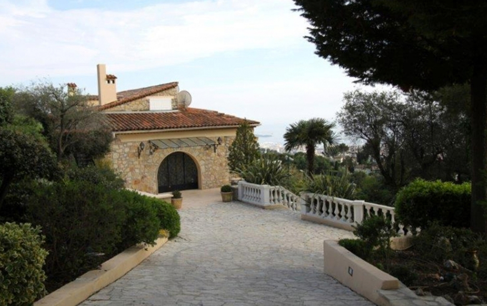 This Luxury Neo-Provencal Style villa can sleep up to 15 guests