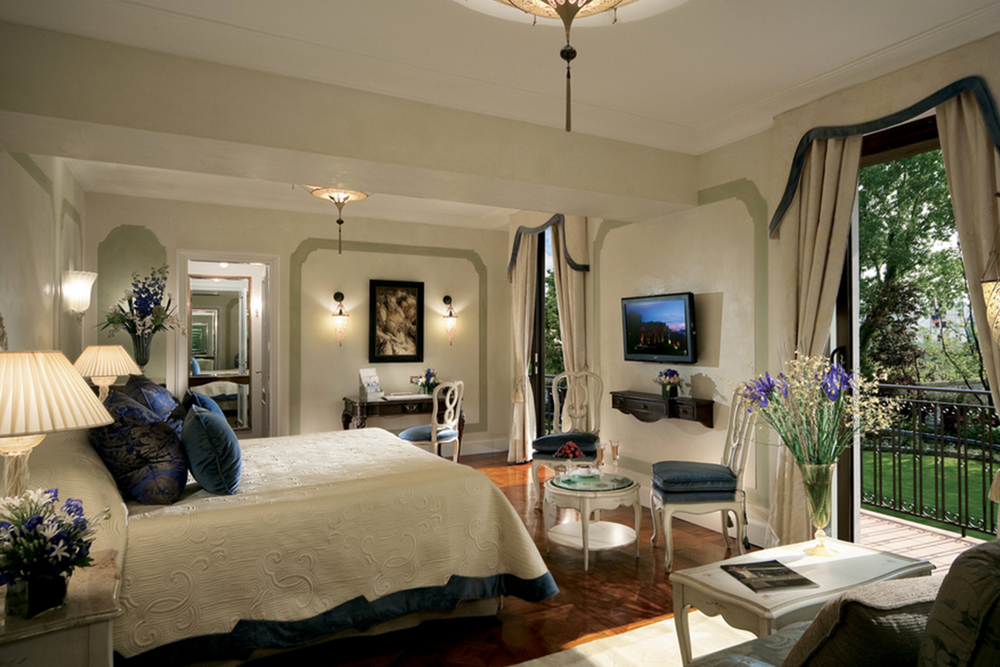 All rooms at the Cipriani features private balconies, gorgeous fabrics, Fortuny light fittings and opulent bathrooms.